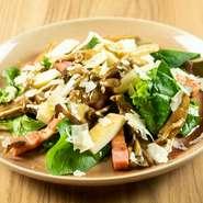 スモークモッツァレラとベーコン キノコ コンフィのサラダ