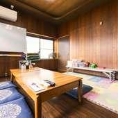 おもちゃと座卓が置かれた完全個室の「子ども部屋」