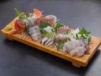 一度で色々な魚を味わえて、ボリュームもたっぷり。地魚の美味しさを堪能できる『天然刺身盛り合わせ』
