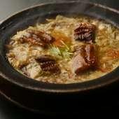 良質な脂が乗った愛知県三河湾産の「鰻」を使用。トロトロ卵との絶妙のコンビ『うなぎ柳川鍋』