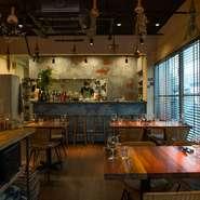 料理とペアリングの世界観はハイレベルでありつつ、カジュアルに楽しめる雰囲気に。木や藤の風合いが薫るモダンナチュラルな空間の心地よさも◎。ベトナム語の店名「An Di 召し上がれ」のように思い思いに楽しんで。