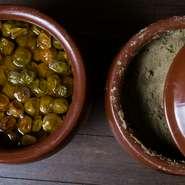 料理の一つの核となる、シェフが手づくりする発酵食材。スペシャリテ『ティーリーフサラダ』の発酵茶葉に加えハーブを入れた糠床、梅干しなど多彩な工夫がいろいろ。自家製シロップでつくる『レモンサワー』も名物。