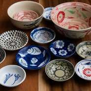 """オーナーソムリエとシェフが創業前・その後も定期的にベトナムに出かけ、現地の食シーンを間近に感じつつ、""""日本でしか楽しめないベトナム料理""""を発信。陶器の里・バッチャン村で買い求めた楽しい絵柄の皿も登場。"""