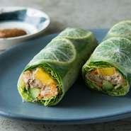 人気のベトナム料理を日本食材や季節の味覚で再構成。煮穴子・きゅうり・マンゴーをレタスで包み、大葉・柑橘のへべすを合わせて生春巻きに。トロピカルフルーツのソースが味の奥行きを深め、噛むごとに美味しさが。