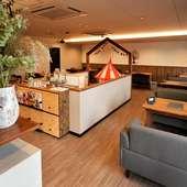 木の家具やグリーンが温かいくつろぎを演出
