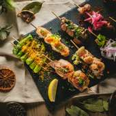 肉も魚も一口サイズで色々つまめて楽しい!『炭火焼ピンチョス』