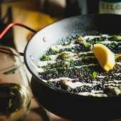 魚介の出汁にイカ墨のコク深い旨みが加わったパエリア『イカ墨のアロスネグロ』
