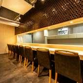 落ち着いた雰囲気のカウンター席で本格江戸前鮨を堪能!