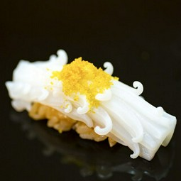 厳選したA5神戸牛を使用したお任せコースとなっております。日本各地の旬素材を惜しみなく使用いたします。