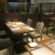 ガラス張りの全長20mのワインセラーに置かれた200種類を見ながらの食事は最高です。