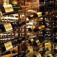 当初はバー併設のワインショップとしてオープンしたこちらのお店。巨大なウォークインカーヴには、「ヴィノラム」が独自開発したコンテナで輸入した高品質なワインが、約200種類揃っています。
