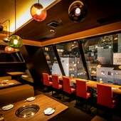 9Fから夜景を見渡しながら食事を楽しめる、スタイリッシュ空間