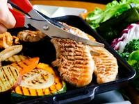 カリッと焼き上げた厚切り肉を楽しむ『サムギョプサル』