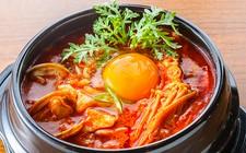 リーズナブルに本格韓国料理を楽しめるお得なコースコース料理料金プラス1500円~で飲み放題!