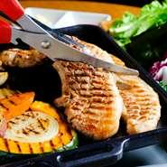 沖縄県産「もち豚」はしっとりとして柔らかくジューシーな肉質です。さらに、肉の美味しさを最大限に引き出せるよう一緒に包む野菜、自家製味噌・手づくりキムチにもこだわり抜いています。