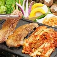野菜にも徹底したこだわりを持ち、毎朝並ぶ豊富な野菜の中からさらに吟味し競りで仕入れています。絶対的な自信を持って入手する野菜は、さまざまな韓国料理に無くてはならない大切な食材です。