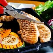 日本でも大人気の『サムギョプサル』。分厚く切った三枚肉をカリッと焼き上げ、具材と一緒にサンチュに挟んで頂けば、お口の中でおいしさが弾けます。肉厚なお肉の旨みを楽しんで。