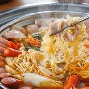 ピリリとした味わいが、辛いもの好きの方に大好評の『プデチゲ』。スパム、ベーコン、モルタデッラ、ラーメン…たっぷりの具材を煮込んだ、寒い時期にぴったりのお鍋です。