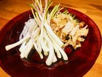 沖縄で栽培されているらっきょを島らっきょうと呼びます。本土のらっきょうより太くて長く、香りが強いのが特徴です。一度食べたらクセになっちゃいます。 沖縄みそ ¥600 塩漬け ¥600 キムチ ¥600 天ぷら ¥700
