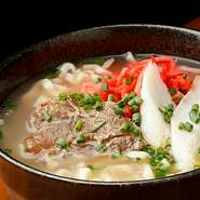 とろとろの軟骨をトッピングした沖縄そば。しっかりとした味わいのダシに、コシの効いたストレート麺。〆にも食事にもおすすめの一杯です。