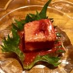 島豆腐を米麹・紅麹・泡盛によって発酵熟成した発酵食品です。クリーミーな食感。東洋のブルーチーズとよばれています。泡盛が進んじゃいます。
