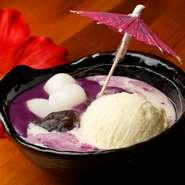 鮮やかな紫が印象的な『紅芋ぜんざい』。とろとろとしたジーマーミ豆腐とモチモチの白玉など、さまざまな食感のハーモニーを楽しむ可愛らしいスイーツです。