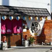 手軽に沖縄気分を満喫することができるこちらのお店。各種名物を取り揃えているほか、店内には沖縄の情報誌も充実。沖縄旅行の予行にもおすすめです。
