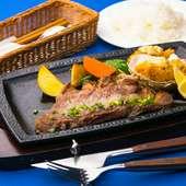 柔らかいステーキと季節のフライを満喫『牛ロースステーキとカキフライ』