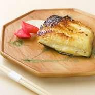 大ぶりにカットした銀鱈を、店主こだわりの配合の西京味噌ダレに3日ほどじっくり漬け込むので、塩味や甘みのバランスが絶妙。炭火でゆっくり焼き上げるので、身がしっとりふっくらと焼き上がります。