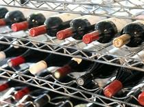 セラーで管理され、出番を待ちわびているワイン