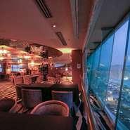 地上14階から眺める、見事な夜景が自慢の【アパホテル<金沢駅前>アルカンシェール】。誕生日や記念日など、特別な日の食事にいかがでしょうか。ロマンチックな一夜を満喫できること間違いなしです。