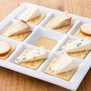 ブルーチーズ、ポンレヴェック、カマンベール、スモークが全て入った盛り合わせです。お好みで蜂蜜をかけてお召し上がりください。