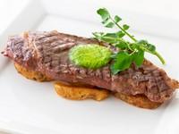 ジューシーなステーキを定番のシャリアピンソースで。