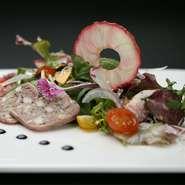 オードブル感覚で食べられる『サラダアルカンシェール』。お店の名前を冠したひと品は、地元産の旬の食材を使い、時期毎に表情が変わるのも楽しい逸品です。