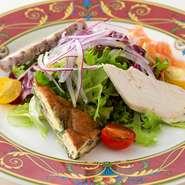 グリーンサラダと共に数種類のオードブルを盛り込んだ人気の品です。