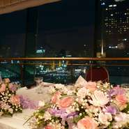 ホテル最上階の夜景をバックに、一生の思い出となる写真撮影が可能です。