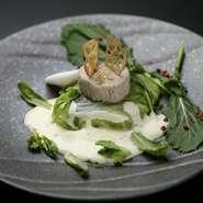 加賀レンコンや百万石しいたけなど、石川県の冬野菜をふんだんに使った『平目の白菜包み蒸し 丸葉春菊の白ワインソース』。北陸の自然の恵みを繊細に調理した、贅沢な逸品です。