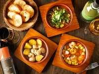 魚介や野菜など、素材の組み合わせで生まれる美味しさ。旨みすべてを味わうならアツアツのスープにバゲットを浸してパクッと一口。口いっぱいに広がる具材それぞれの美味しさをまるごといただけます。