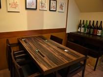 カウンターのすぐ後ろは半個室感覚のテーブル席