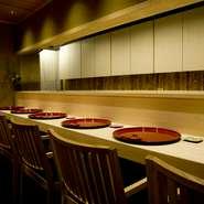 畳の座敷は最大6名まで収容可能。ビジネスシーンでの接待や会食はもちろん、海外からのゲストを案内するのにもおすすめです。日本らしい、和みの空間で心静かに過ごせば、きっと喜ばれることでしょう。