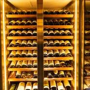 高級食材で彩る皿に合うワインをフランス産を中心に約200銘柄ご用意。シャンパーニュ、ブルゴーニュ、ボルドーが充実し、今や幻の存在となったアンリ・ジャイエなど、200万円を超えるような銘柄もございます。