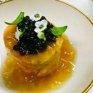自社直営の生キャビアでこそ味わえる、キャビア本来のまろやかでクリーミーな美味しさ、とろける食感を堪能できる逸品。風味を保つため、白蝶貝のスプーン&アンティークの器でご提供。シャンパーニュと合わせて。