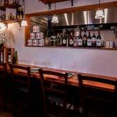 カウンター席で、一人ゆったりとイタリア料理とワインを堪能