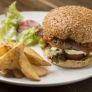 200gのパテを豪快に使用したオリジナルハンバーガー。ハンバーガー自体のボリュームに加え、付け合せにポテトもついてくるので食べ応えがあります。自家製ブラバソースの刺激がクセになる味わいです。