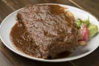 アメリカ特有のカットで日本ではなかなか手に入らない特大サイズのスペアリブに。長時間じっくりと煮込み柔らかく仕上げています。野菜の甘みを活かした醤油ベースの自家製バーベキューソースで。