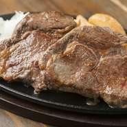 200gと400gがあり、どちらもボリューム満点。元々脂身が少なく、仕込みでもしっかりと脂を落とすのでガッツリ食べても重くなりません。オニオンベースの自家製ステーキソースが肉の旨みを引き立てます。