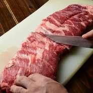 4つの専門業者から時期や仕入れ状況に応じて、各々の料理に合った肉を仕入れています。プロが厳選したこだわりの肉の味を堪能できます。一皿一皿、料理ごとに違った味わいを楽しめるのも魅力です。