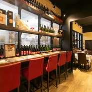 客席からワインの醸造風景を眺めながら味わう本格料理は格別