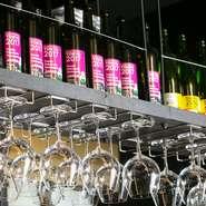 自社醸造ワインをはじめとした各地のワインがズラリと並ぶ