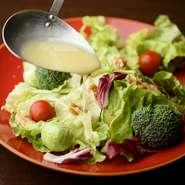 彩り鮮やかなサラダには、その時期ならではの野菜たっぷり。旬の食材を取り入れた季節限定のメニューなどもあり。訪れるたびに新しい楽しみ方を発見できます。